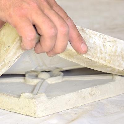 Gummiform stækkes af facadeudsmykning i cement