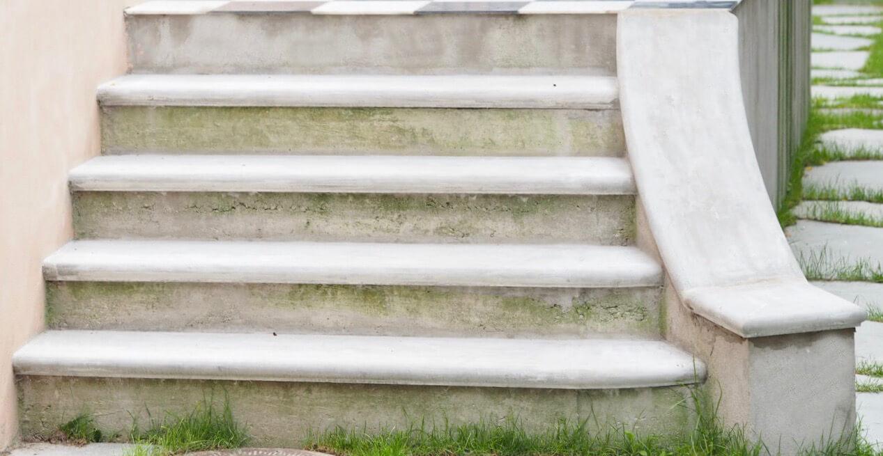 Balustrade trappe i beton som facadeudsmykning