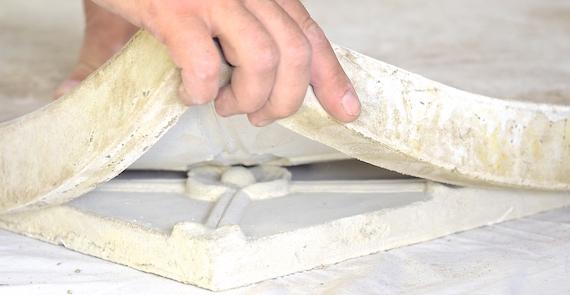 Gummiform trækkes af facadeudsmykning