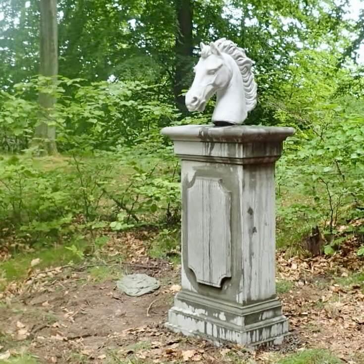 Hestehoved statue i hvid beton af stukkatør Jacobsen-Friis