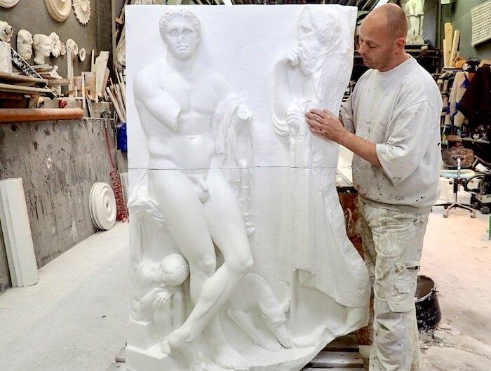 Færdigt relief i gips af stukkatør Jacobsen-Friis