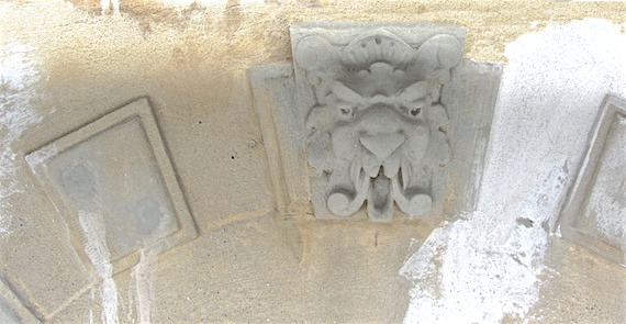 Reparerede løvehoveder inden facaden males