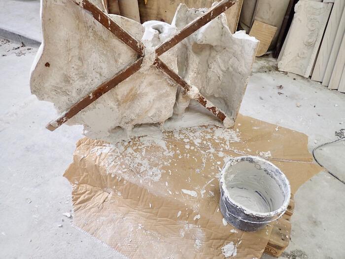 Relief bagside i gips af stukkatør Jacobsen-Friis