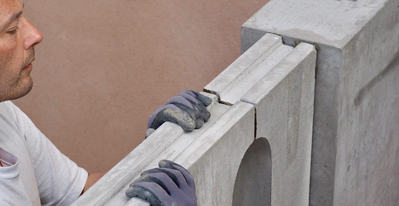 Stukkatør Johnny Jacobsen sætter balustrade