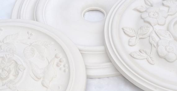 Ornamenterede stukrosetter i gips fra Jacobsen & Friis