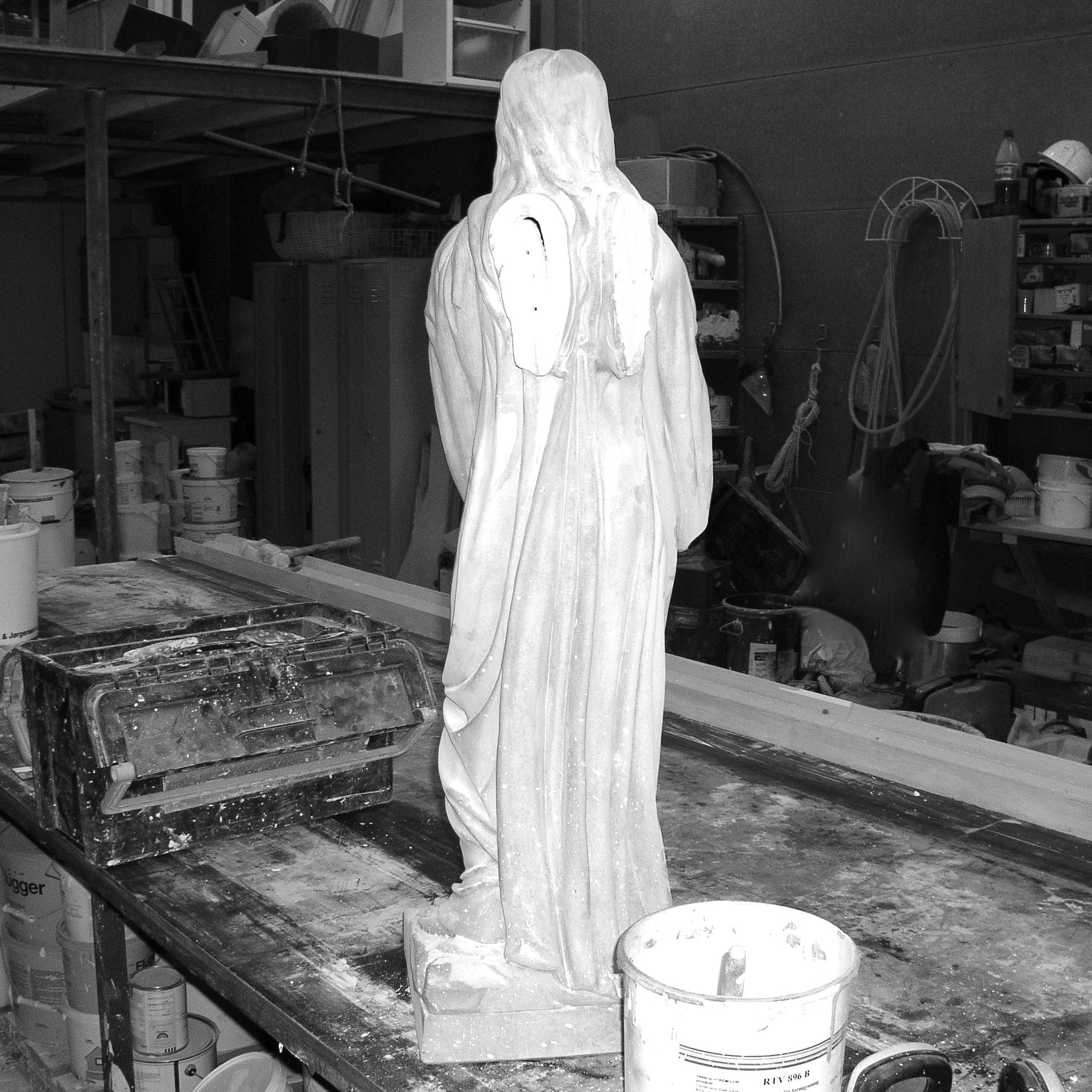 Engel uden vinger i beton under restaurering af stukkatør Jacobsen-Friis