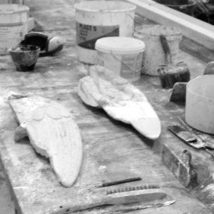 Englevinger i beton under restaurering af stukkatør Jacobsen-Friis